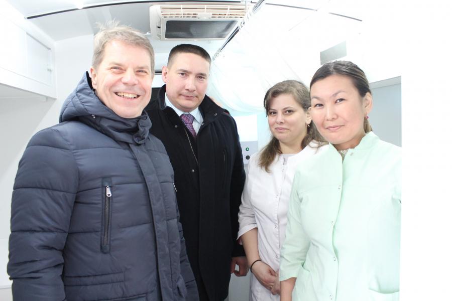 Медицинские работники Качугской районной больницы получили ключи от собственных квартир в новом доме