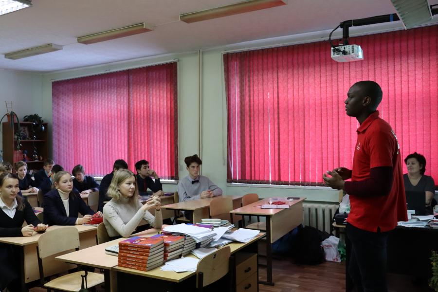 Иностранные студенты-медики провели 4 мероприятия на английском языке по профориентации школьников в медицину и 4 практических занятия по проблемам ВИЧ-инфекции и туберкулеза в 2019 году в рамках проекта «Something about Medicine for teenager»